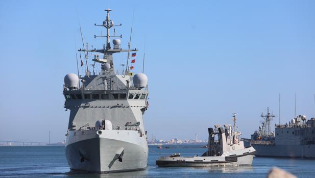 El 'Audaz' (en primer plano) a su salida este martes de la Base Naval de Rota.