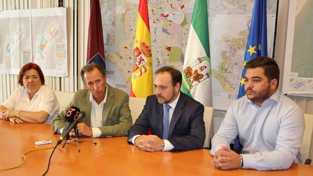El alcalde de Chiclana, José María Román, y el director general de Infraestructuras Judiciales, Miguel Ángel Reyes