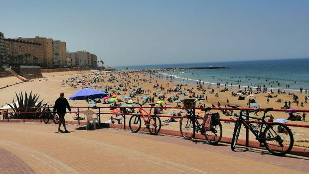 Bicicletas aparcadas en el acceso a la playa Santa María del Mar.