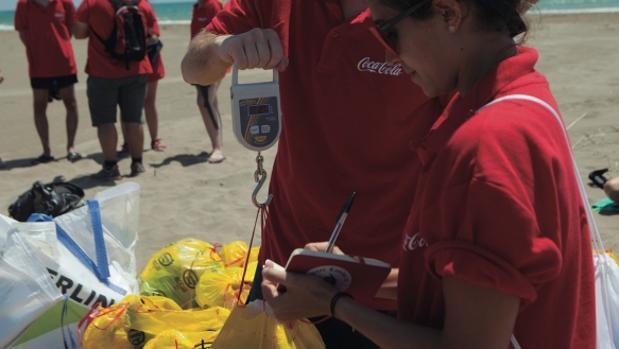 En el marco de la iniciativa la basura se recoge, se clasifica para su posterior puesta en valor y se obtienen datos relevantes de lo encontrado para realizar futuros estudios sobre el estado de los arenales.