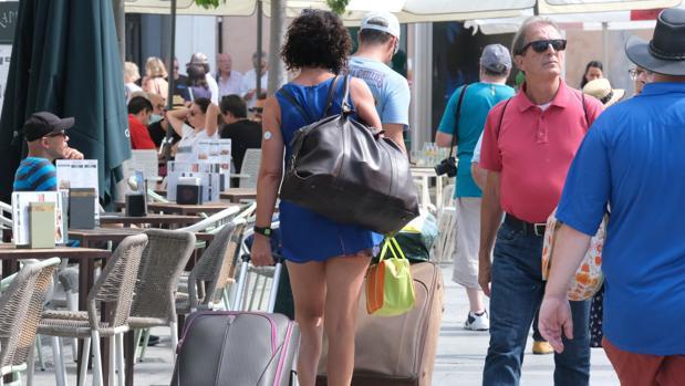 Una turista por el centro de Cádiz.