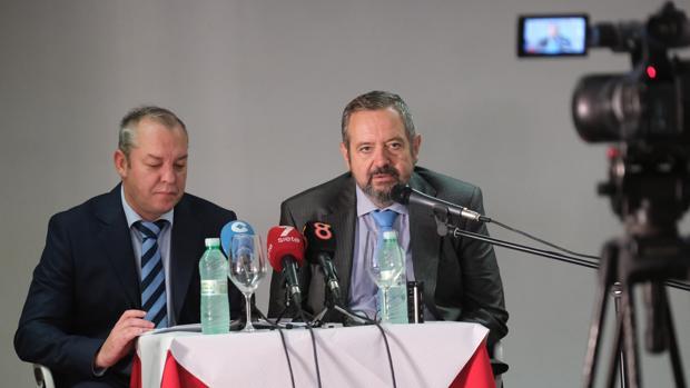 Osuna, a la derecha, durante la rueda de prensa, acompañado de su abogado.