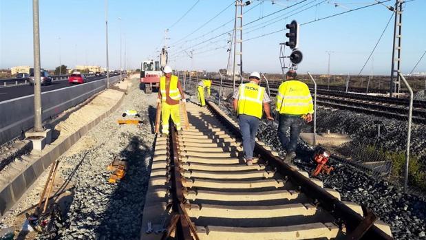Trabajos para unir las vías de cercanías con las del tranvía.