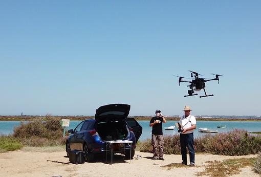 Los drones capturan y registran imágenes en áreas costeras de difícil acceso.