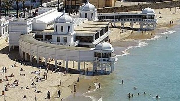 Cádiz refuerza el servicio de limpieza de sus playas en en pretemporada y temporada baja