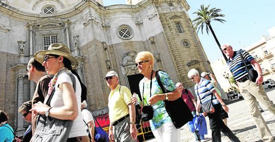 Turistas en la plaza de la Catedral de Cádiz.