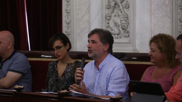 Conserjes del Ayuntamiento de Cádiz van a trabajar con su propia ropa ante la falta de uniformes