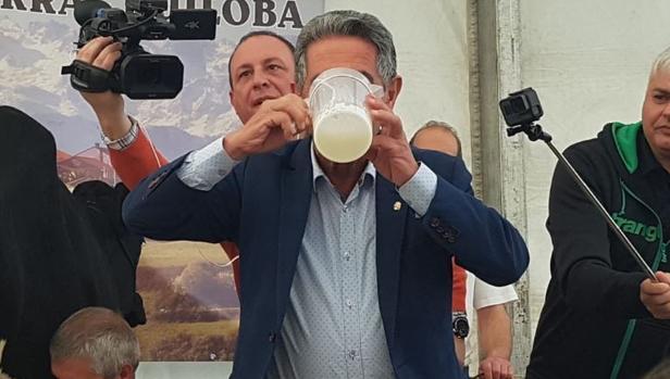 Miguel Ángel Revilla bebiendo leche cruda