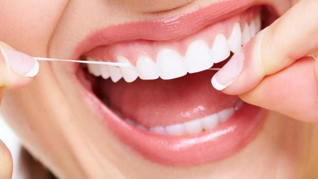 Una mala higiene bucodental y una dieta rica en azúcares y almidones favorece la aparición de caries