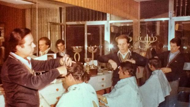 Tomás, al fondo de la imagen, recortando junto a sus dos socios: Cristóbal y Juan