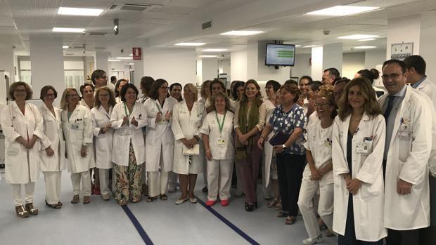 La consejera en el laboratorio del Virgen Macarena con el personal sanitario