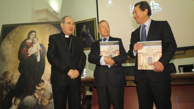 El arzobispo, junto a Teodoro Falcón y JuanPablo Navarro ayer durante la presentación del libro