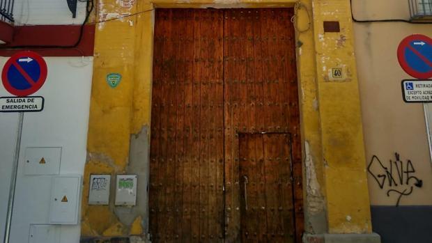 La puerta principal del convento de Santa Clara, tras la limpieza