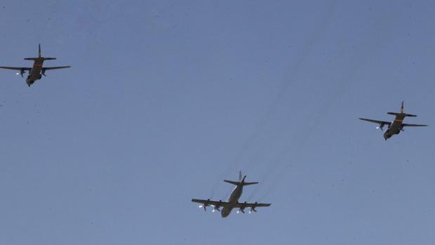 Varios aviones sobrevuelan Sevilla a modo de ensayo del Día de las Fuerzas Armadas