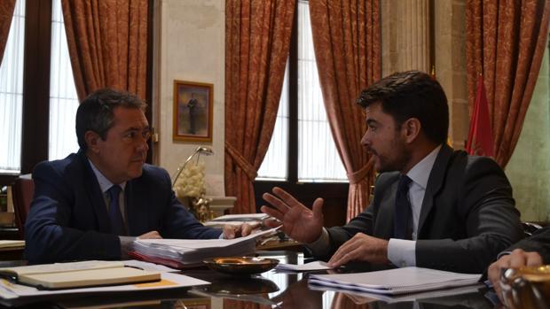 Juan Espadas y Beltrán Pérez, en una reciente reunión en el Ayuntamiento