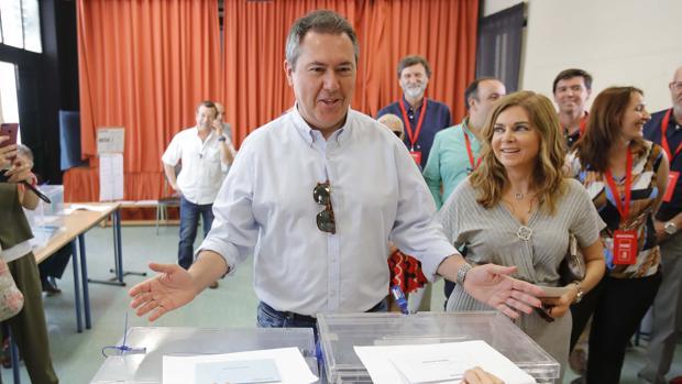 Juan Espadas, durante la votación en las pasadas municipales