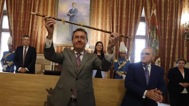 El alcalde Juan Espadas levanta el bastón de mando tras la sesión de investidura
