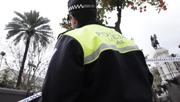Un policía local en la Plaza Nueva