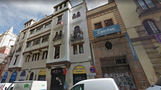 Las fachadas del edificio dan a la Cuesta del Rosario y a la Plaza del Pan