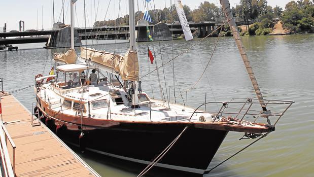 El velero «Pros», ayer en el Muelle de las Delicias, de donde partirá este sábado para emular la gesta magallánica