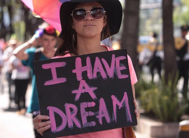 Un integrante de la comunidad Lésbico, Gay, Bisexual, Transexual, Transgénero e Intersexual (LGBTTI) sostiene un cartel durante la cuarta marcha denominada «Soy ciudadano como tú», hace una semana en México