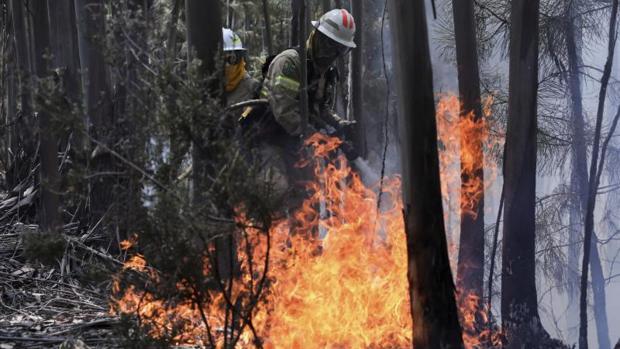 Bomberos extinguen incendio en Portugal
