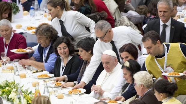 Como parte de la Jornada Mundial de los Pobres, el Santo Padre ha invitado a almorzar en el amplio hall del Aula de las Audiencias a mil quinientas personas