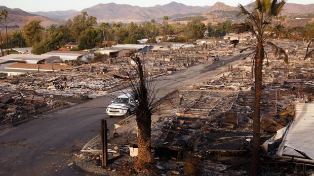 Una visión general de cómo han quedado decenas de hogares devorados por las llamas en Fallbrook, California