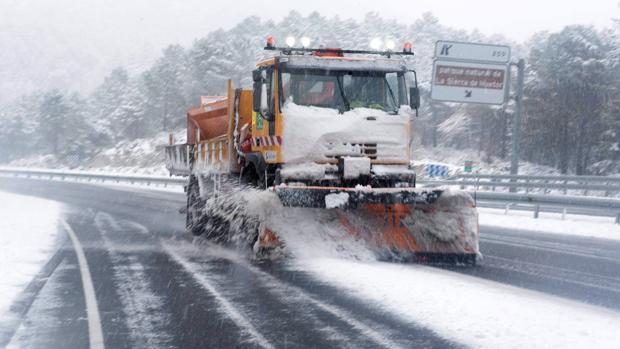 Una máquina quitanieves trabaja el puerto de la Mora, carretera A-92, a la altura de Huetor Santillán en la provincia de Granada, que recibe una intensa nevada y deja estampas invernales en la provincia y en la Capital Granadina