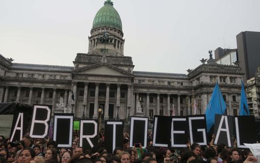 Cientos de personas se manifiestan para pedir que el Congreso apruebe un proyecto de ley que garantice el aborto seguro, legal y gratuito en todo el país, frente a la sede del Congreso argentino en Buenos Aires (Argentina)