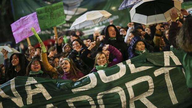 Miles de personas que se manifestaron en junio en los alrededores del Congreso argentino en Buenos Aires