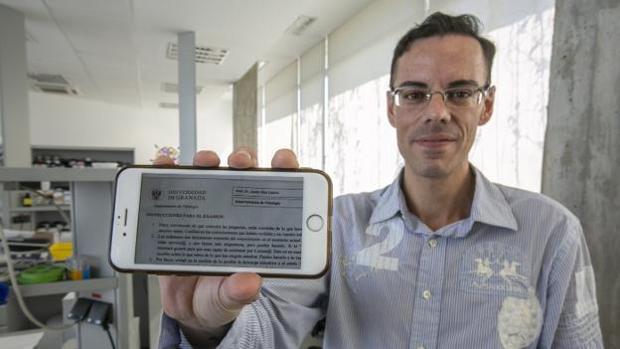 Javier Díaz Castro muestra en un teléfono el folio con el que acompañó a su examen