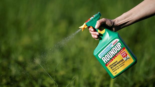 Un jardinero utiliza uno de los herbicidas de Monsanto