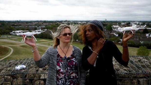 Las activistas Valerie Milner-Brown y Linda Davidsen posando este jueves con drones cerca del aeropuerto de Heathrow en Londres