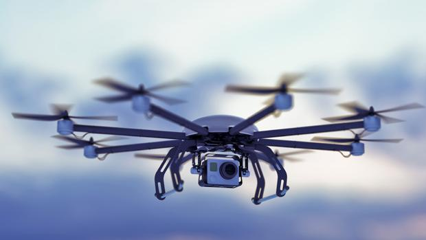 Detalle de un dron en pleno vuelo