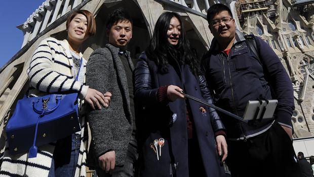 Turistas tomando un selfie junto a la Sagrada Familia